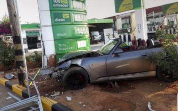 Αυτοκίνητο έκανε «έφοδο» σε βενζινάδικο