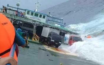 Συγκλονιστικές εικόνες από το ναυάγιο με δεκάδες νεκρούς στην Ινδονησία