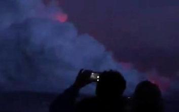 Η τρομακτική στιγμή που βόμβα λάβας χτυπά τουριστικό σκάφος