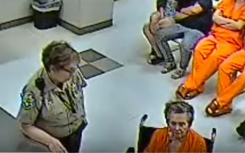 Έκρυψε δύο πιστόλια στις τσέπες της ρόμπας της και πήγε να αναμετρηθεί με τον γιο της