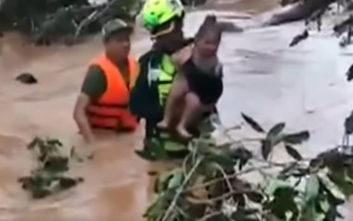 Συγκινεί η διάσωση βρέφους μετά την κατάρρευση φράγματος στο Λάος