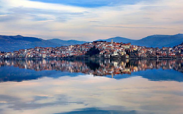 Αντικατοπτρισμός στη λίμνη της Καστοριάς