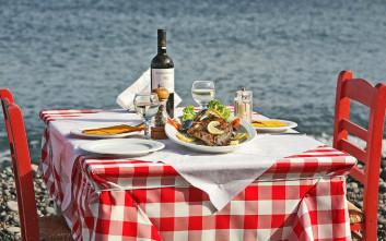 Αγαπημένα τραπέζια της Σαντορίνης πάνω στο κύμα