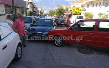 Αυτοκίνητο πήρε την κατηφόρα και βρέθηκε στη μέση του δρόμου