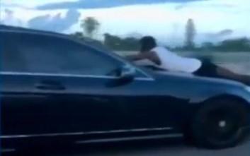 Γυναίκα οδηγούσε σε αυτοκινητόδρομο με έναν άντρα πάνω στο καπό