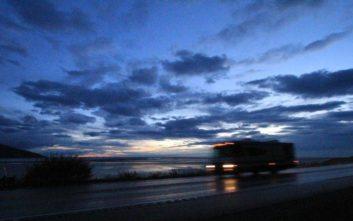 Ταξίδεψε από τη Γαλλία στην Αγγλία κρεμασμένος στο κάτω μέρος αυτοκινούμενου