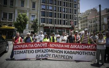 Συγκέντρωση συμβασιούχων των δήμων έξω από το υπουργείο Εσωτερικών