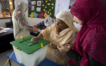 Άνοιξαν οι κάλπες στο Πακιστάν