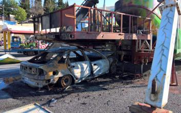 Αυτοκίνητο «καρφώθηκε» κάτω από παιχνίδι λούνα παρκ και τυλίχτηκε στις φλόγες