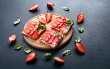 Φρυγανισμένο ψωμί με τυρί κρέμα και φράουλες