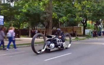 Η εξωφρενική μοτοσυκλέτα με κινητήρα από αεροπλάνο