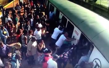 Επιβάτες έσπρωξαν τρένο για να απεγκλωβίσουν το πόδι μιας γυναίκας