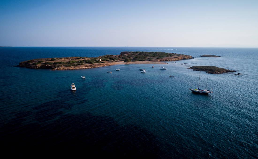 Το «άγνωστο» νησάκι μια ανάσα από την Αττική