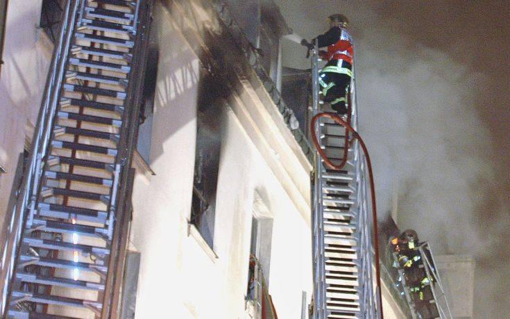 Φωτιά σε διώροφο κτίριο στα περίχωρα του Παρισιού