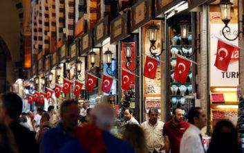 Η πτώση της λίρας και η κρίση με τις ΗΠΑ θέτουν την τουρκική οικονομία σε κατάσταση σοκ