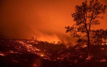 Μεγάλη πυρκαγιά κατακαίει τη βόρεια Καλιφόρνια