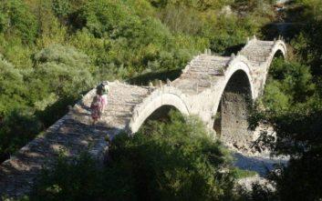 Εργασίες αποκατάστασης στο διάσημο τρίτοξο πέτρινο γεφύρι του Ζαγορίου