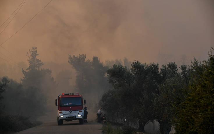 Ένας πυροσβέστης στο νοσοκομείο μετά τη μάχη με τις φλόγες στην Εύβοια
