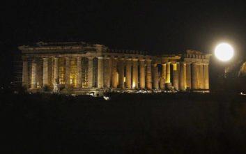 Η αυγουστιάτικη πανσέληνος «μάγεψε» τους Αθηναίους