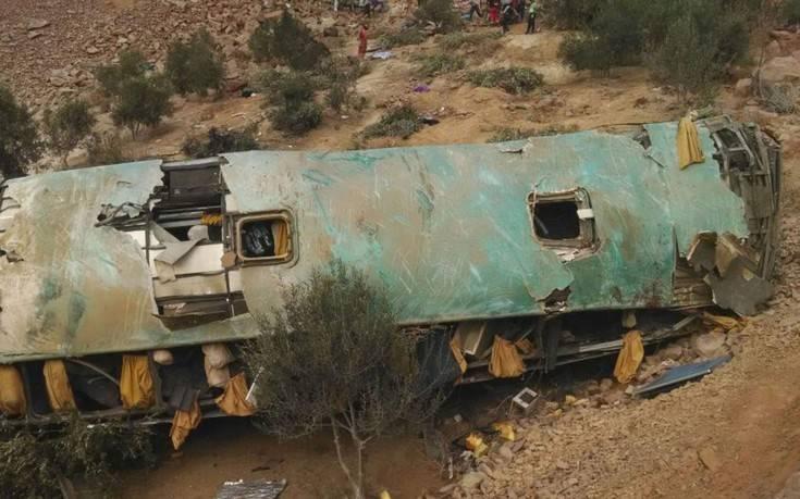 Τουλάχιστον 15 νεκροί σε πτώση λεωφορείου σε χαράδρα