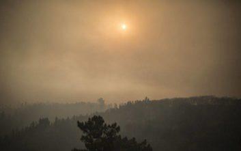 Σκοτείνιασαν οι παραλίες του Αλγκάρβε από τη μεγάλη πυρκαγιά