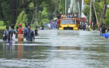 Ξεπέρασαν τους 350 οι νεκροί από τις πλημμύρες στην Ινδία