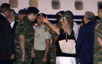 Στην αγκαλιά των οικογενειών τους οι δύο Έλληνες στρατιωτικοί