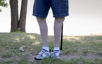 Ο άνθρωπος που περπατάει με τα πόδια του γυρισμένα ανάποδα