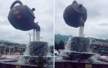 Το γιγάντιο σιντριβάνι-τσαγιέρα στην Κίνα που μοιάζει να αιωρείται