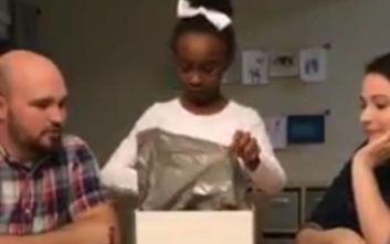 Η αντίδραση ενός μικρού κοριτσιού όταν έμαθε ότι θα υιοθετηθεί