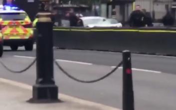 Αυτοκίνητο έπεσε στις προστατευτικές μπάρες στο Βρετανικό Κοινοβούλιο