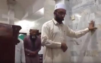 Ιμάμης προσεύχεται ατάραχος, ενώ οι τοίχοι του τζαμιού τρέμουν από τον σεισμό