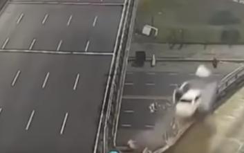 Αυτοκίνητο εκτοξεύτηκε από γέφυρα με ταχύτητα 170χλμ./ώρα