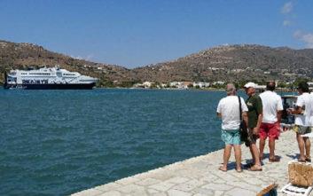 Αποκολλήθηκε το καταμαράν που προσάραξε σε αβαθή σε λιμάνι της Άνδρου