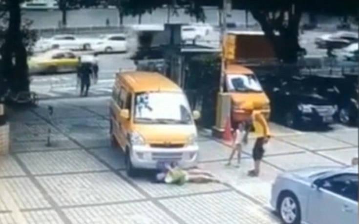 Ο εξοργιστικός λόγος που μία μάνα έσπρωξε το παιδί της πάνω σε κινούμενο αυτοκίνητο