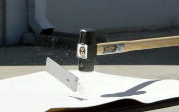 Τι συμβαίνει όταν σπας ένα iPhone με σφυρί