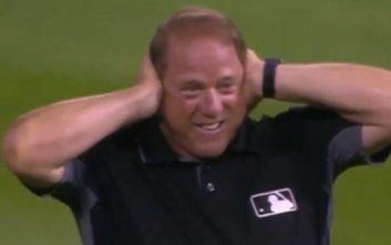 H άτυχη στιγμή διαιτητή μπέιζμπολ την ώρα του αγώνα