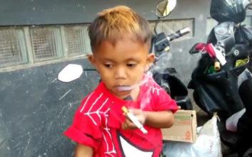 Το δύο ετών αγόρι που καπνίζει 40 τσιγάρα την ημέρα