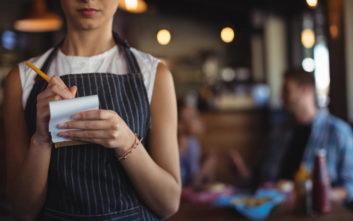 Η απερίσκεπτη πράξη μιας σερβιτόρας και η μετάνοιά της 20 χρόνια μετά