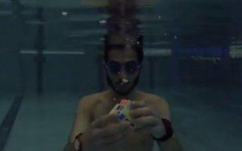 Έλυσε έξι κύβους του Ρούμπικ κάτω από το νερό χωρίς να πάρει ανάσα