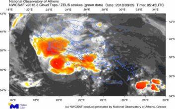 Εξασθενεί αλλά παραμένει επικίνδυνος ο μεσογειακός κυκλώνας