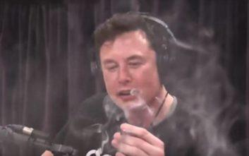 Ο Έλον Μασκ κάπνισε μαριχουάνα σε ζωντανή εκπομπή στο Youtube