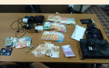 Έτσι δρούσε η σπείρα που έκλεψε πιστωτικές κάρτες από μεθυσμένους πελάτες