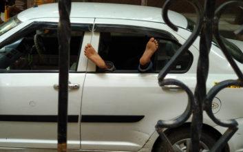 Ο ταξιτζής ήταν μεθυσμένος και ο πελάτης αναγκάστηκε να πιάσει το τιμόνι
