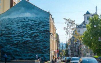 Η τρικυμιώδης μαύρη θάλασσα «καλύπτει» τριώροφο κτίριο στο Κίεβο