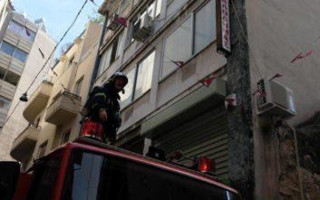 Πυροσβέστες έβγαλαν γυναίκα από φλεγόμενο διαμέρισμα στο κέντρο της Αθήνας