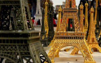 Σαφάρι της αστυνομίας στο Παρίσι για μινιατούρες του Πύργου του Άιφελ