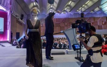 Η εντυπωσιακή παρουσιάστρια της ΔΕΘ που κάλεσε τον Τσίπρα στο βήμα