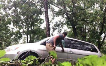 Βρήκαν μία απρόσκλητη επισκέπτρια στο αυτοκίνητό τους που τους προκάλεσε πανικό