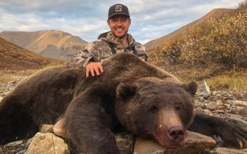 Πόζαρε με την αρκούδα που σκότωσε, άρχισαν τα παρατράγουδα